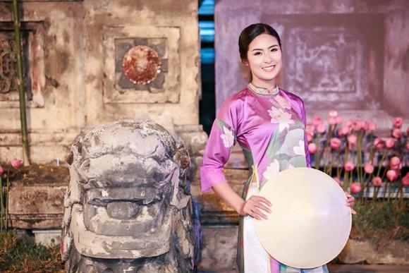 Hoa hậu Ngọc Hân, Kỳ Duyên khoe sắc trong đêm bế mạc Festival nghề truyền thống Huế ảnh 7
