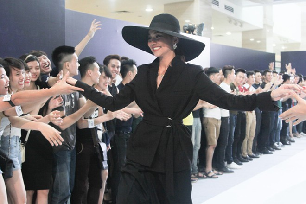 """Thanh Hằng diện nguyên """"cây"""" hàng hiệu chấm thi Next Top Model tại Hà Nội ảnh 4"""