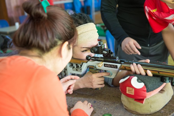 Ca sĩ Phương Thanh thi chạy và bắn súng với các vận động viên SEA Games ảnh 5