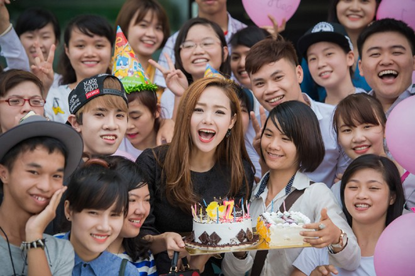 Minh Hằng suýt bật khóc khi được fan Thủ đô tổ chức sinh nhật ảnh 9
