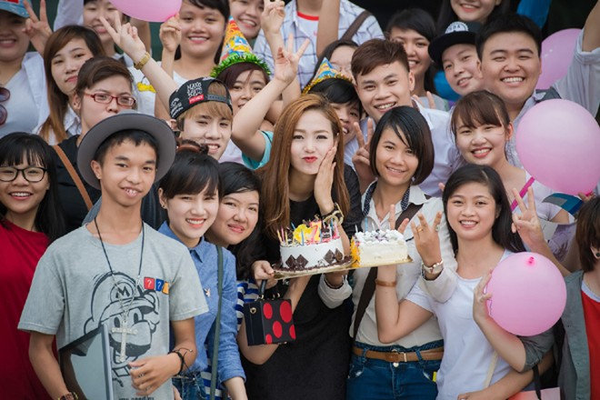 Minh Hằng suýt bật khóc khi được fan Thủ đô tổ chức sinh nhật ảnh 8