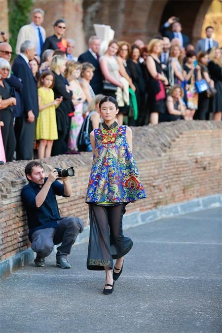 Hoa hậu Thuỳ Dung hội ngộ Kha Mỹ Vân trong show thời trang tại Rome ảnh 4