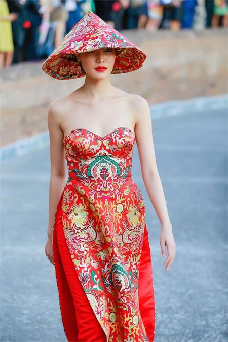 Hoa hậu Thuỳ Dung hội ngộ Kha Mỹ Vân trong show thời trang tại Rome ảnh 3