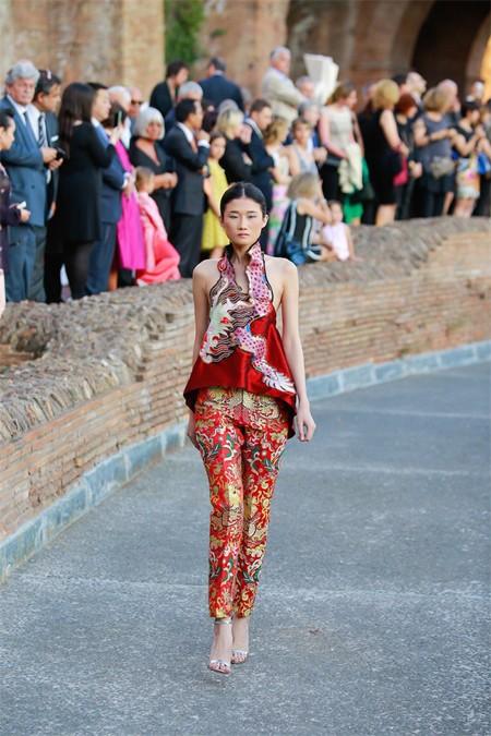 Hoa hậu Thuỳ Dung hội ngộ Kha Mỹ Vân trong show thời trang tại Rome ảnh 7