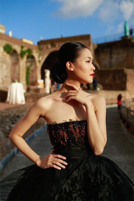 Hoa hậu Thuỳ Dung hội ngộ Kha Mỹ Vân trong show thời trang tại Rome ảnh 1