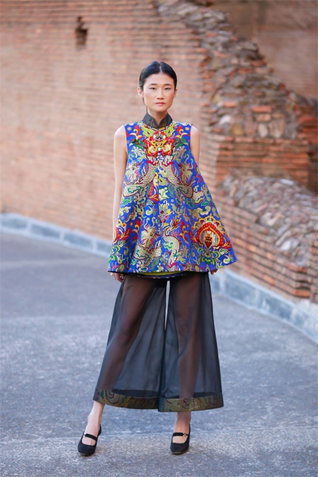 Hoa hậu Thuỳ Dung hội ngộ Kha Mỹ Vân trong show thời trang tại Rome ảnh 5
