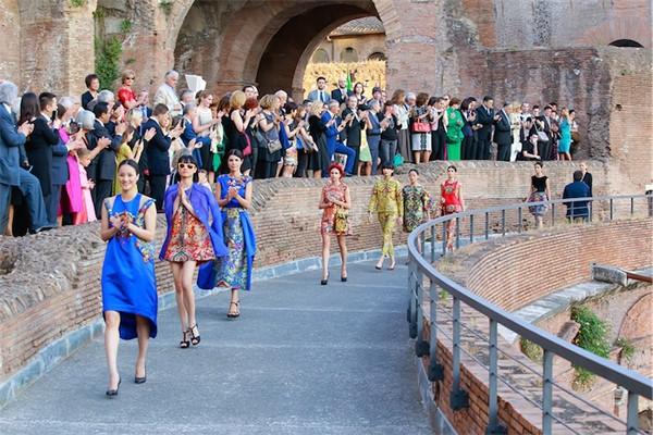 Hoa hậu Thuỳ Dung hội ngộ Kha Mỹ Vân trong show thời trang tại Rome ảnh 8
