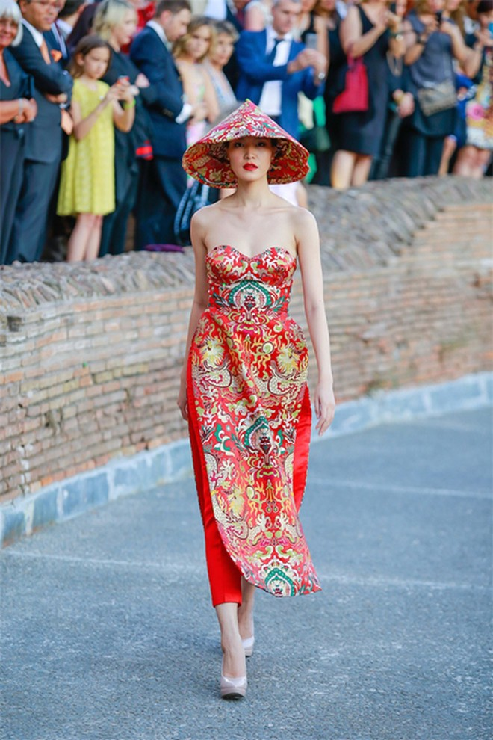 Hoa hậu Thuỳ Dung hội ngộ Kha Mỹ Vân trong show thời trang tại Rome ảnh 2