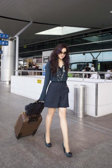 Hoa hậu Giáng My khoe chân trần trắng muốt ở sân bay ảnh 5