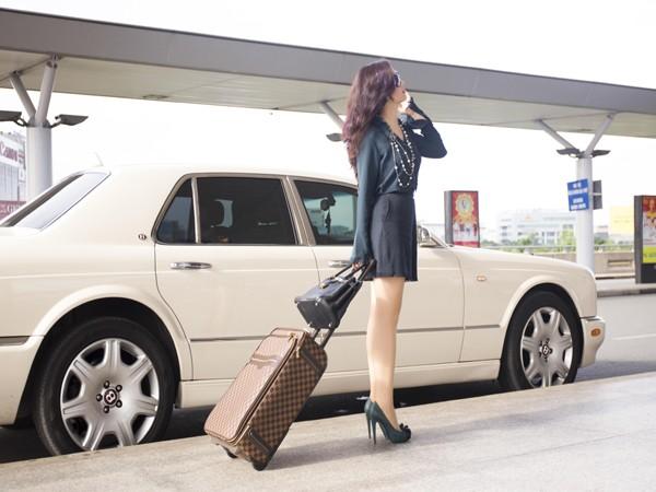 Hoa hậu Giáng My khoe chân trần trắng muốt ở sân bay ảnh 2