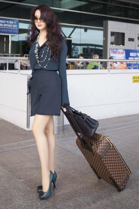 Hoa hậu Giáng My khoe chân trần trắng muốt ở sân bay ảnh 6