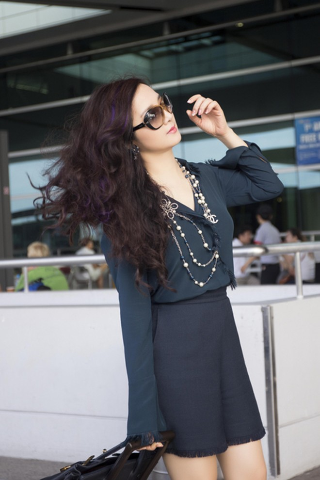 Hoa hậu Giáng My khoe chân trần trắng muốt ở sân bay ảnh 4