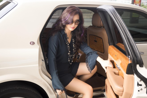 Hoa hậu Giáng My khoe chân trần trắng muốt ở sân bay ảnh 1