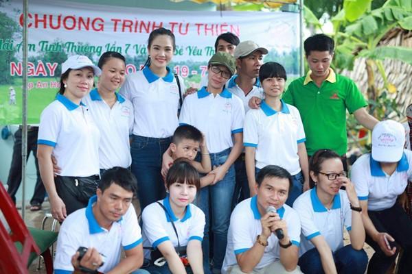 Nữ hoàng Du lịch Dương Kim Ánh giản dị đi từ thiện ảnh 1