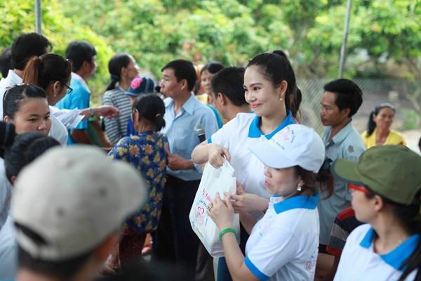 Nữ hoàng Du lịch Dương Kim Ánh giản dị đi từ thiện ảnh 7