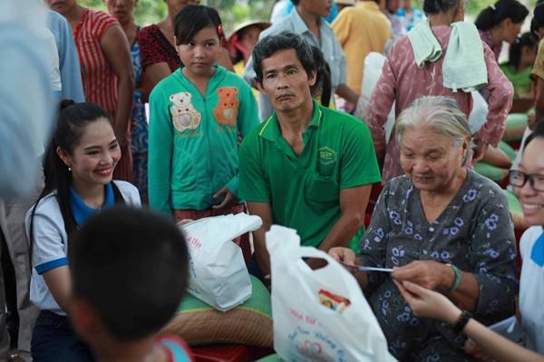 Nữ hoàng Du lịch Dương Kim Ánh giản dị đi từ thiện ảnh 6