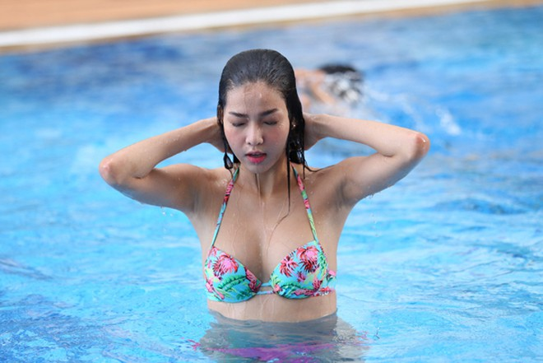 Kỳ Hân diện bikini, khoe dáng gợi cảm bên hồ bơi ảnh 2