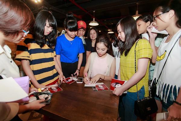 Hoa hậu Kỳ Duyên ngại ngùng trước màn tỏ tình của fan ảnh 9