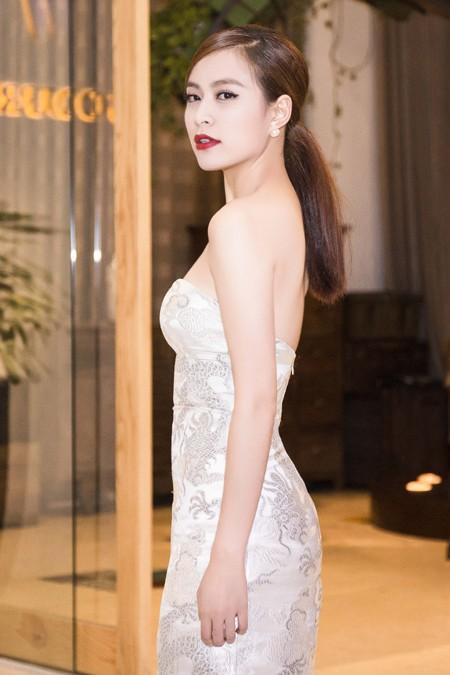 Hoàng Thùy Linh diện váy cúp ngực khoe vai trần gợi cảm ảnh 4