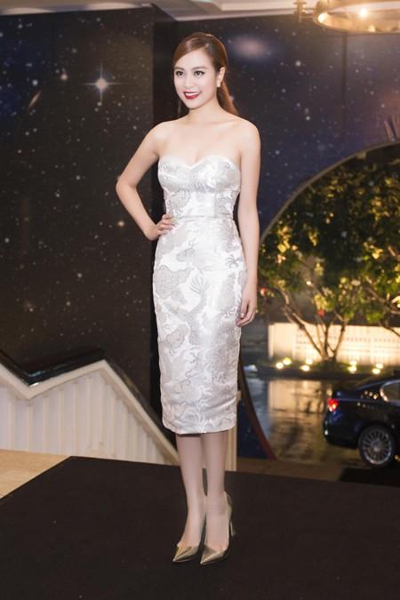 Hoàng Thùy Linh diện váy cúp ngực khoe vai trần gợi cảm ảnh 3