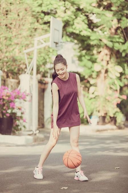 Hoa hậu Triệu Thị Hà khoe tài chơi bóng rổ ảnh 1