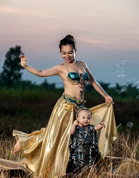 """""""Cô gái vàng"""" của Bellydance Việt Nam khoe ảnh hạnh phúc bên con trai ảnh 2"""