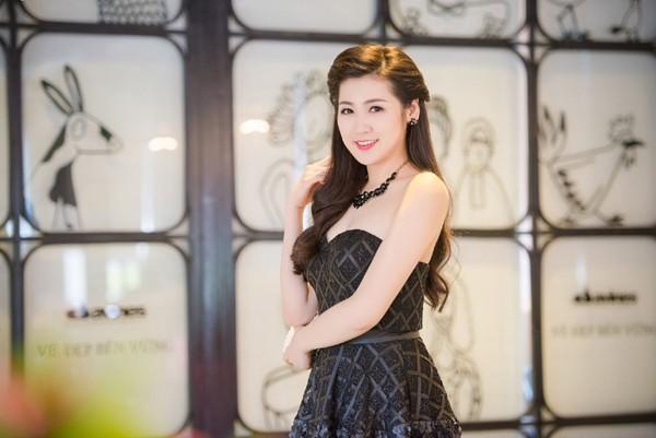 Á hậu Dương Tú Anh vai trần gợi cảm dự sự kiện ảnh 4