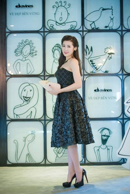 Á hậu Dương Tú Anh vai trần gợi cảm dự sự kiện ảnh 6