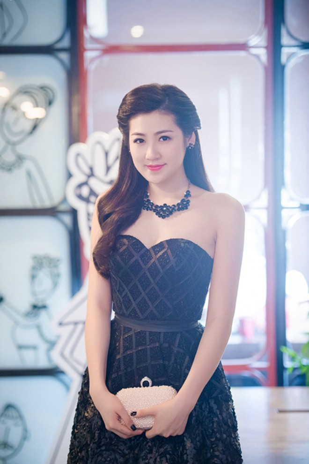 Á hậu Dương Tú Anh vai trần gợi cảm dự sự kiện ảnh 2