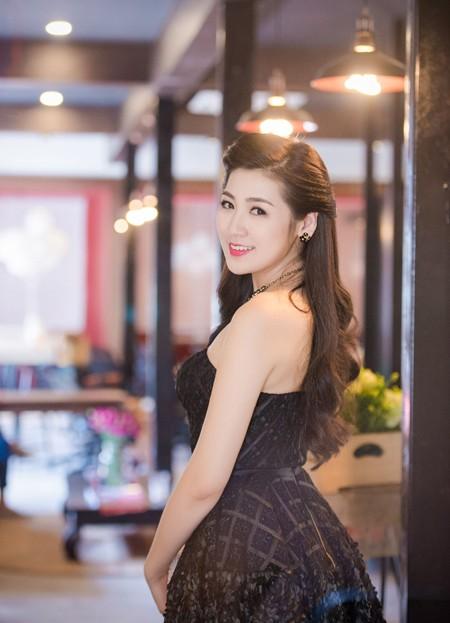 Á hậu Dương Tú Anh vai trần gợi cảm dự sự kiện ảnh 5