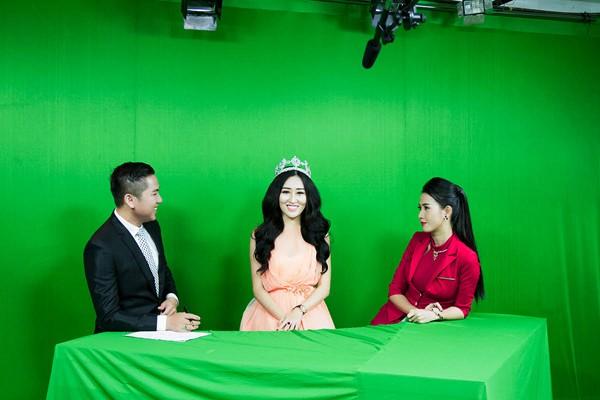 Hoa hậu Huỳnh Thuý Anh rạng rỡ chia sẻ niềm vui Tết Trung thu ảnh 1