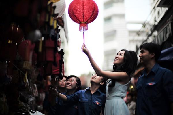 Hoa hậu Huỳnh Thuý Anh rạng rỡ chia sẻ niềm vui Tết Trung thu ảnh 5
