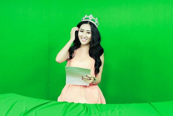 Hoa hậu Huỳnh Thuý Anh rạng rỡ chia sẻ niềm vui Tết Trung thu ảnh 2