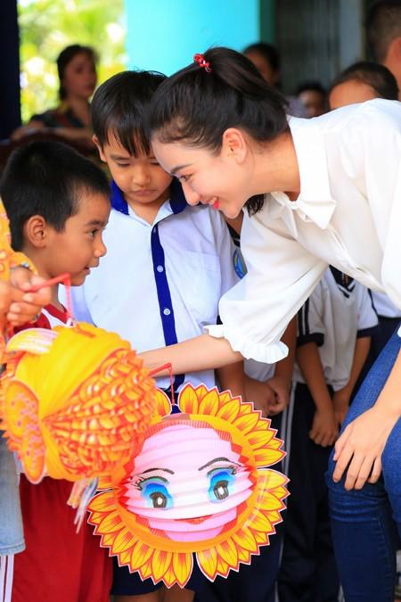 NTK Võ Việt Chung cùng dàn người đẹp phát quà trung thu cho trẻ em nghèo ảnh 6