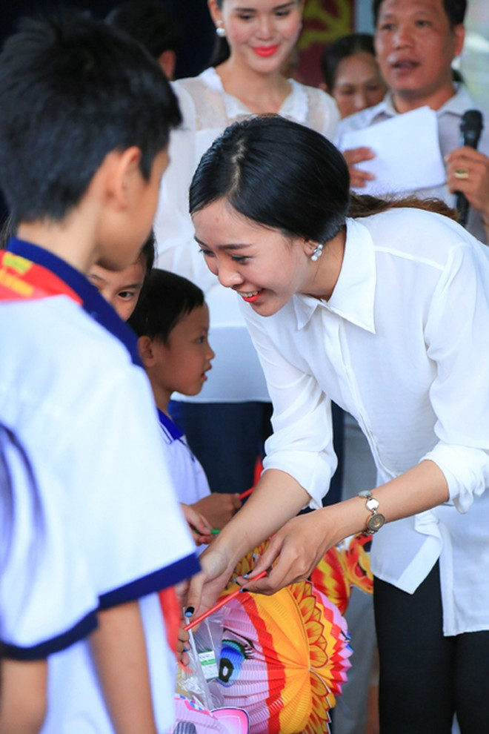 NTK Võ Việt Chung cùng dàn người đẹp phát quà trung thu cho trẻ em nghèo ảnh 7