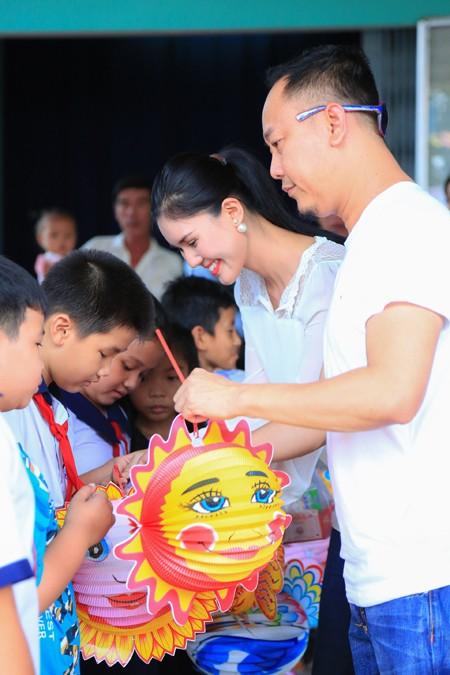 NTK Võ Việt Chung cùng dàn người đẹp phát quà trung thu cho trẻ em nghèo ảnh 3