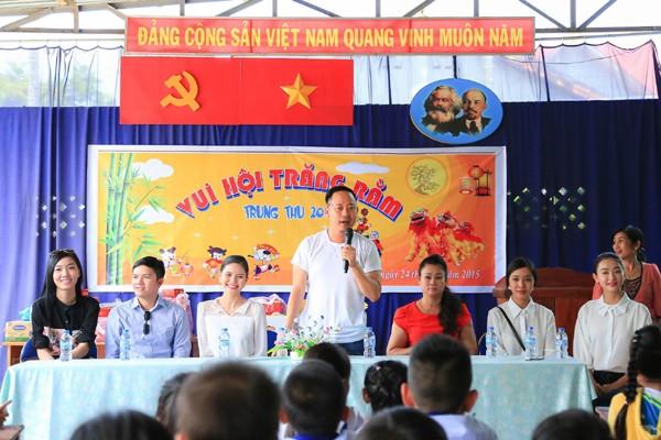 NTK Võ Việt Chung cùng dàn người đẹp phát quà trung thu cho trẻ em nghèo ảnh 2