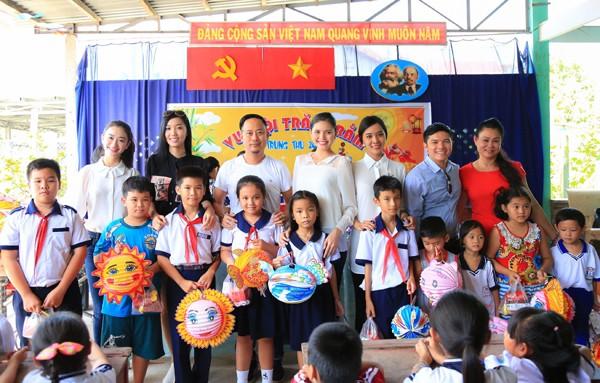 NTK Võ Việt Chung cùng dàn người đẹp phát quà trung thu cho trẻ em nghèo ảnh 4