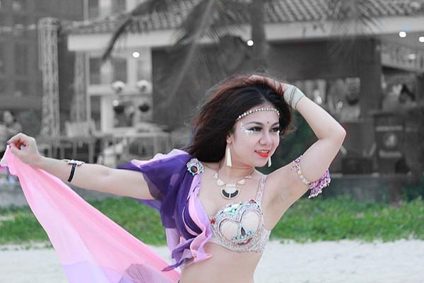 Màn múa bụng huyền ảo trên bãi biển của vũ công bellydance ảnh 5