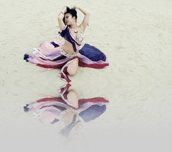 Màn múa bụng huyền ảo trên bãi biển của vũ công bellydance ảnh 3