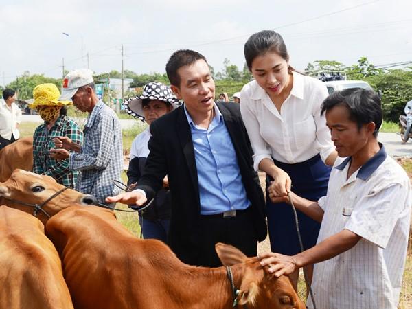 Á hậu Đặng Thị Lệ Hằng đồng hành trao tặng bò cho các hộ nông dân ảnh 2