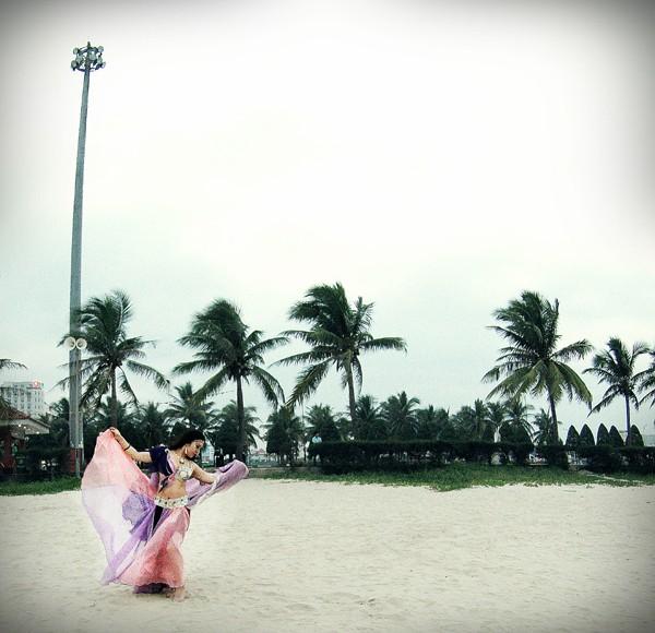 Màn múa bụng huyền ảo trên bãi biển của vũ công bellydance ảnh 1