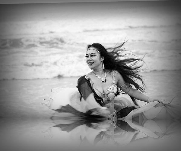 Màn múa bụng huyền ảo trên bãi biển của vũ công bellydance ảnh 6