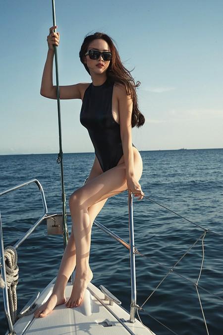 Vũ Ngọc Anh khoe đường cong cực nóng bỏng trên du thuyền triệu đô ảnh 4