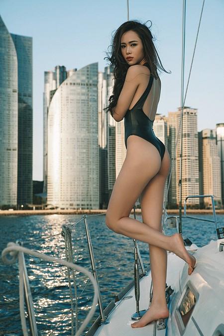 Vũ Ngọc Anh khoe đường cong cực nóng bỏng trên du thuyền triệu đô ảnh 11