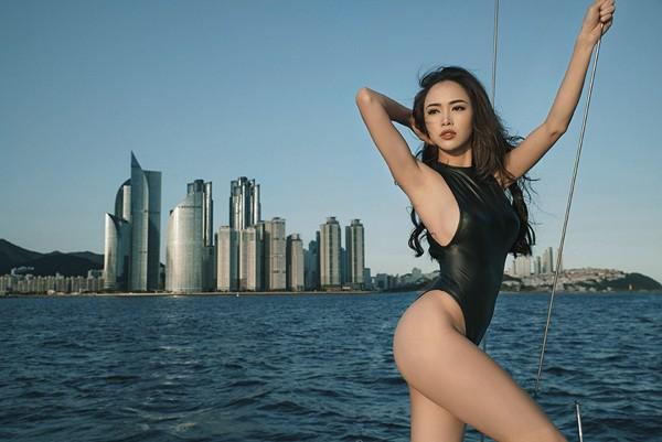 Vũ Ngọc Anh khoe đường cong cực nóng bỏng trên du thuyền triệu đô ảnh 12