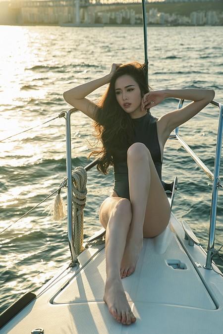 Vũ Ngọc Anh khoe đường cong cực nóng bỏng trên du thuyền triệu đô ảnh 1