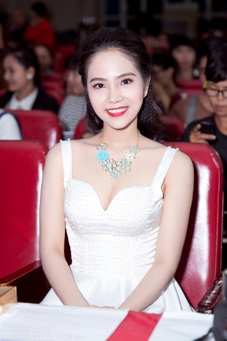 """Nữ hoàng Du lịch Dương Kim Ánh khoe nhan sắc hút hồn trên """"ghế nóng"""" ảnh 4"""