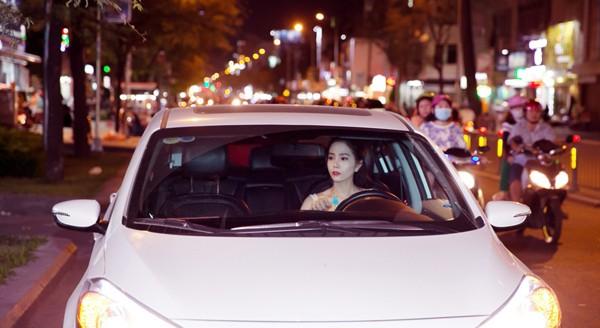 """Nữ hoàng Du lịch Dương Kim Ánh khoe nhan sắc hút hồn trên """"ghế nóng"""" ảnh 1"""
