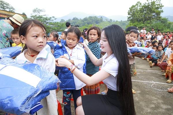 """Hoa hậu Ngọc Anh mang """"hơi ấm"""" lên vùng cao Hà Giang ảnh 4"""
